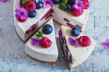 Cheesecake od kokosa i limuna s malinama i borovnicama