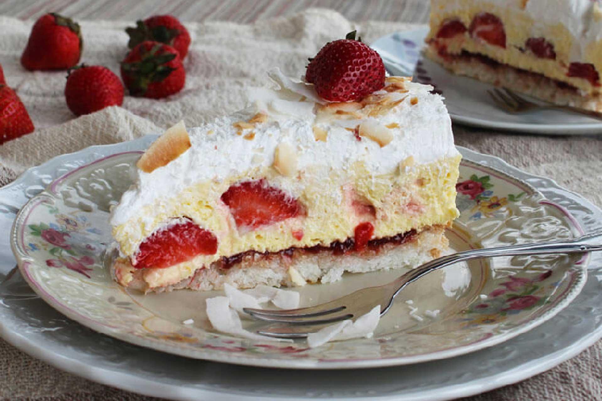 Kremasta torta s jagodama i kokosom • Slatkopedija