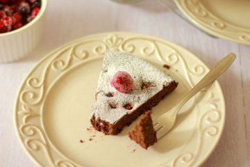Čokoladna torta s makom i šumskim voćem bez brašna