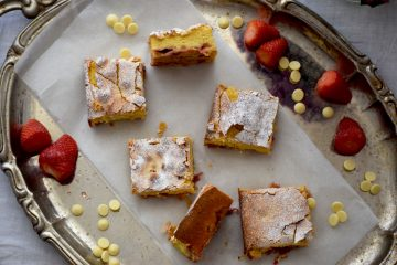 Brzi kolač s jagodama i bijelom čokoladom