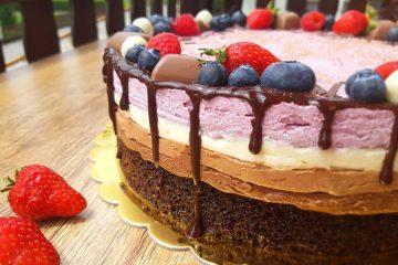 Torta s tri vrste čokolade i borovnicama