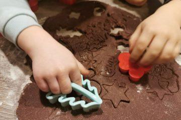 Priprema božićnih slastica u društvu vaših najmlađih: u oblaku brašna i potocima čokolade nastaju najslađe uspomene
