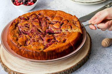 Sladak i bez šećera: zdraviji kukuruzni kolač sa šumskim voćem