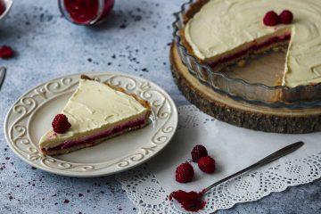 Prhko tijesto od zobenog brašna dobrodošla je promjena u ovom divnom tartu s malinama i bijelom čokoladom