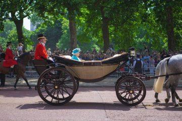 Nož je previše običan: kraljica Elizabeta II. iznenadila okupljene posebnim rezanjem torte