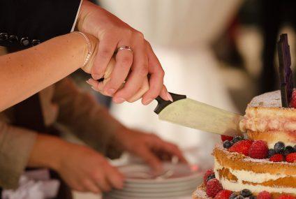 Svadbe su nezamislive bez rezanja torte: evo kada je počeo taj trend