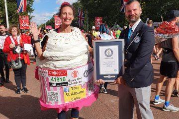 """""""Najbrža trčeća torta na svijetu"""":  žena otrčala maraton odjevena u kostim torte"""